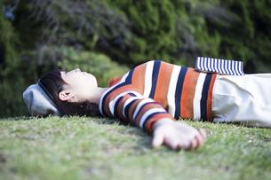 公園で読書を楽しむ女性の写真素材 [FYI04265390]