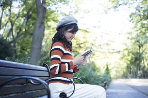 公園で読書をする女性の写真素材 [FYI04265420]