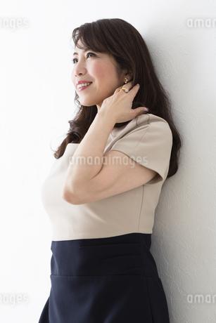 髪をかき上げるミドル女性の写真素材 [FYI04265440]