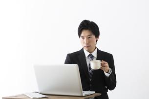ノートパソコンを使う若いビジネスマンの写真素材 [FYI04265562]