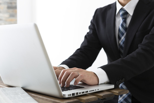 ノートパソコンを使う若いビジネスマンの写真素材 [FYI04265567]