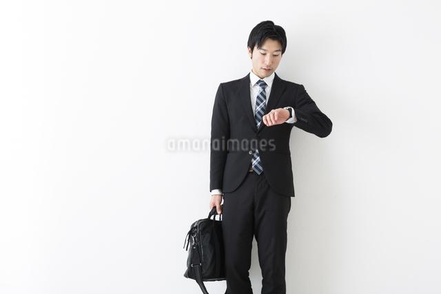時計を見る若いビジネスマンの写真素材 [FYI04265571]