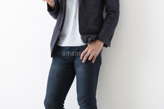 カジュアルな服装の男性の写真素材 [FYI04265581]
