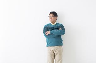 ミドル男性の立ちポーズの写真素材 [FYI04265584]