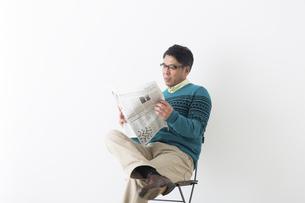 新聞を読むミドル男性の写真素材 [FYI04265589]