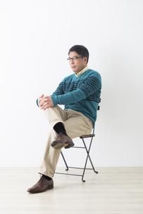 椅子に座るミドル男性の写真素材 [FYI04265590]