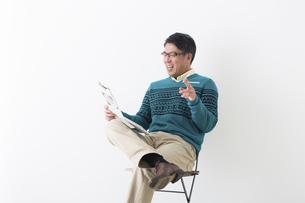 新聞を読むミドル男性の写真素材 [FYI04265595]