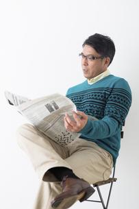 新聞を読むミドル男性の写真素材 [FYI04265597]