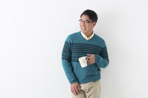 コーヒーカップを持つミドル男性の写真素材 [FYI04265598]