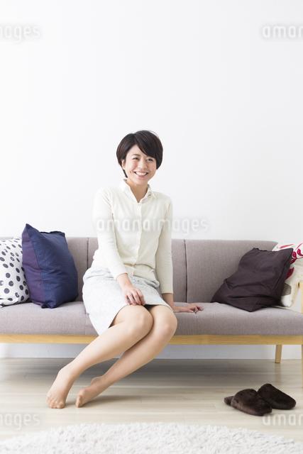 ソファに座る女性の写真素材 [FYI04265607]