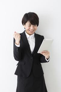タブレットを持つビジネスウーマンの写真素材 [FYI04265659]