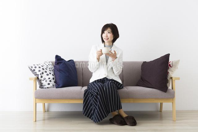 マグカップを持つ女性の写真素材 [FYI04265690]