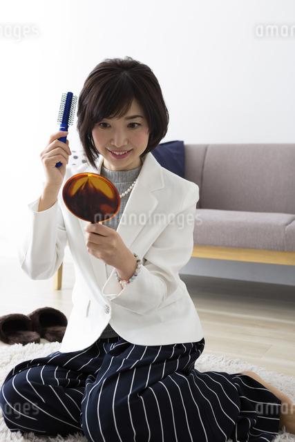 ヘアセットする女性の写真素材 [FYI04265704]