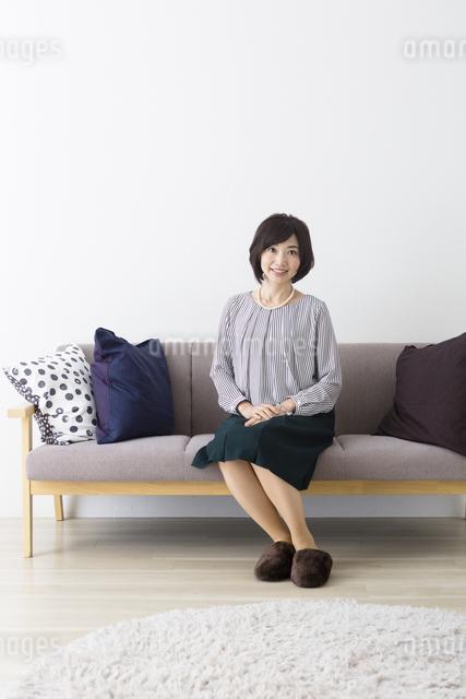 ソファに座るミドル女性の写真素材 [FYI04265707]