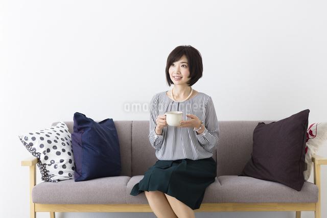 ソファに座るミドル女性の写真素材 [FYI04265710]