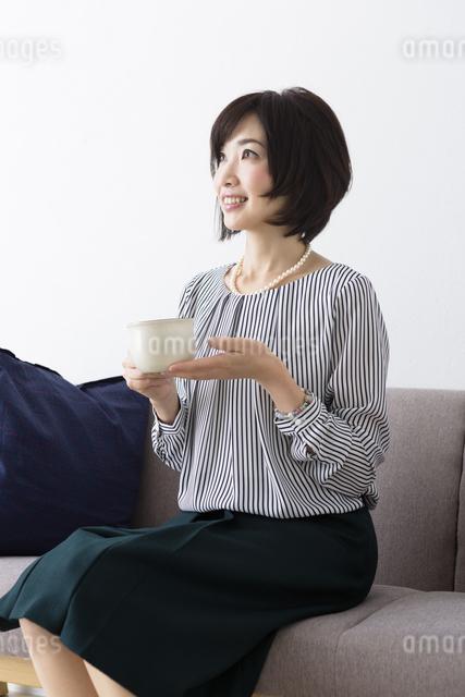 ソファに座るミドル女性の写真素材 [FYI04265712]