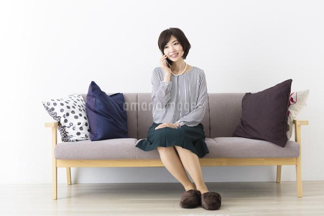ソファに座るミドル女性の写真素材 [FYI04265718]