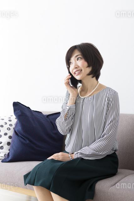 ソファに座るミドル女性の写真素材 [FYI04265722]
