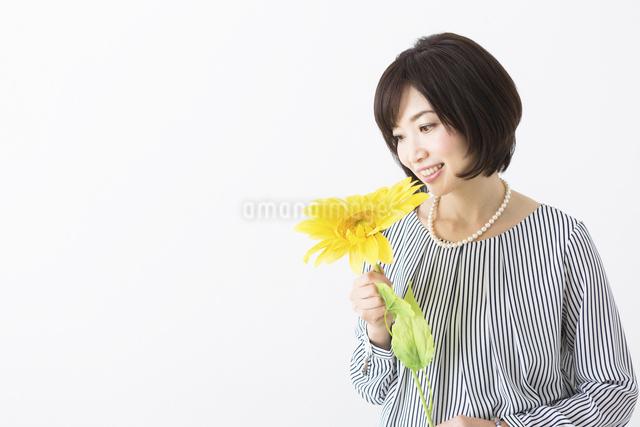 花を持つミドル女性の写真素材 [FYI04265725]