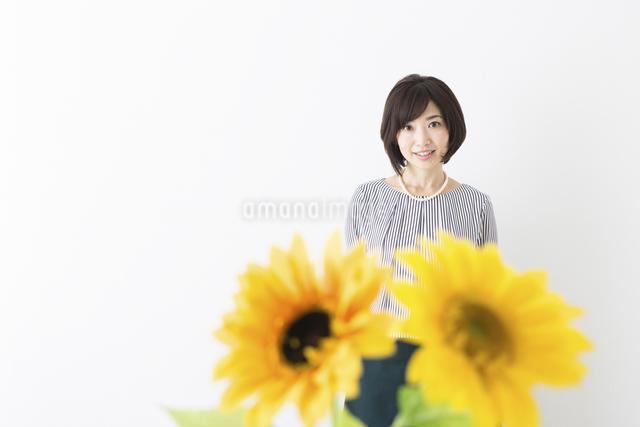 ミドル女性と花の写真素材 [FYI04265730]
