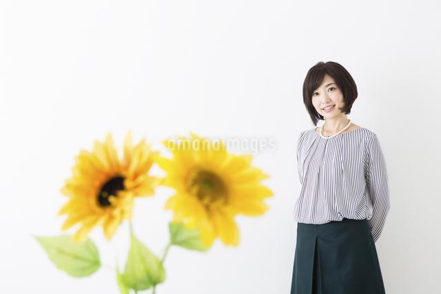 ミドル女性と花の写真素材 [FYI04265732]