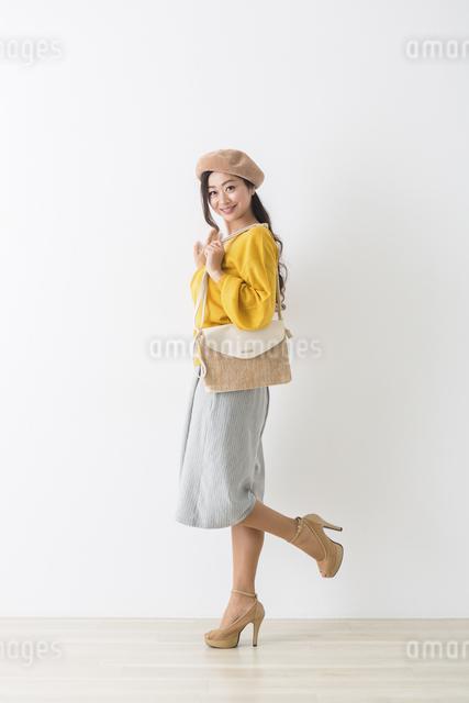 バッグを持つミドル女性の写真素材 [FYI04265758]