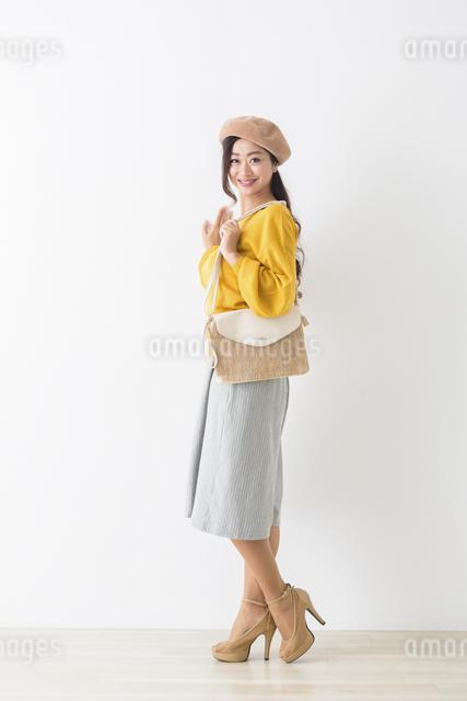 バッグを持つミドル女性の写真素材 [FYI04265771]