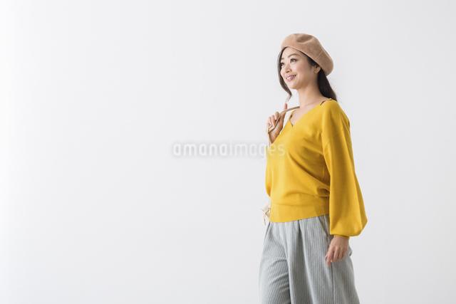 バッグを持つミドル女性の写真素材 [FYI04265774]