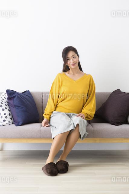 ソファに座るミドル女性の写真素材 [FYI04265775]