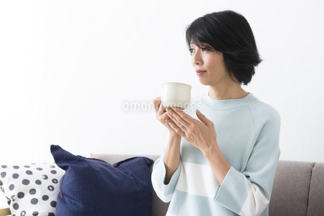 カップを持つミドル女性の写真素材 [FYI04265860]