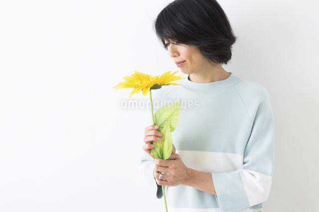 花とミドル女性の写真素材 [FYI04265866]