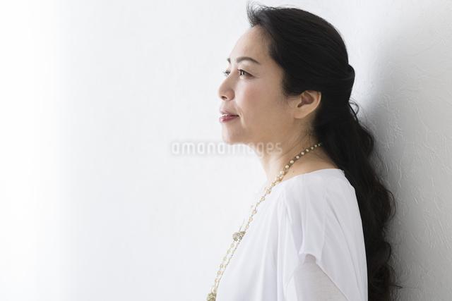 横向きに立つミドル女性の写真素材 [FYI04265922]