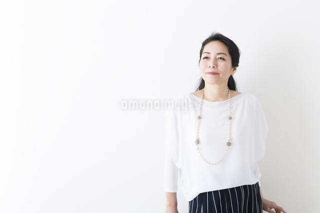 ミドル女性の立ちポーズの写真素材 [FYI04265926]