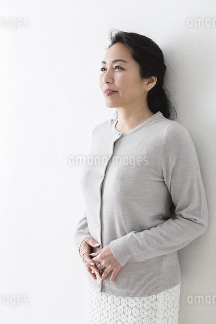 ミドル女性の立ちポーズの写真素材 [FYI04265934]