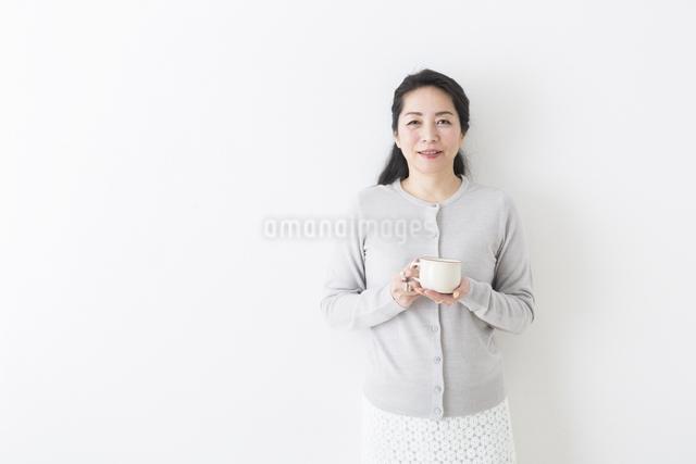 コーヒーを飲むミドル女性の写真素材 [FYI04265935]