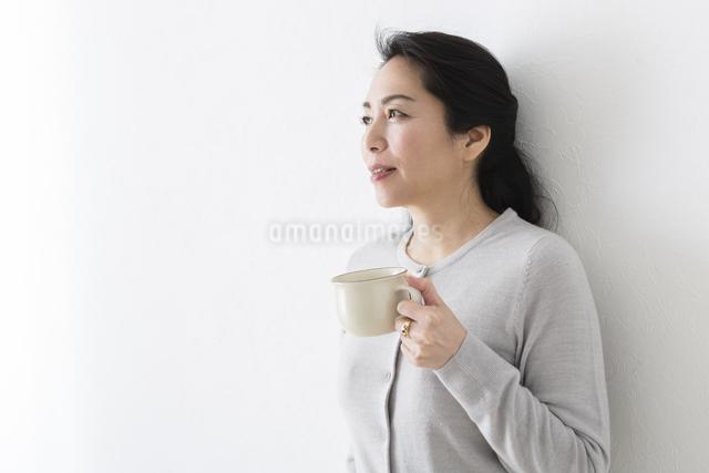 コーヒーを飲むミドル女性の写真素材 [FYI04265940]