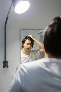 鏡を見る男性の写真素材 [FYI04265952]