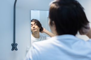 鏡を見る男性の写真素材 [FYI04265954]