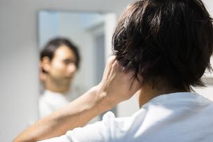 鏡を見る男性の写真素材 [FYI04265955]