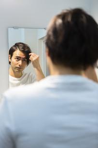 鏡を見る男性の写真素材 [FYI04265957]