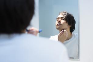 髭を剃る男性の写真素材 [FYI04265958]