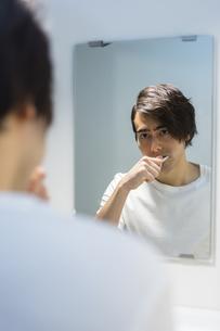 歯を磨く男性の写真素材 [FYI04265961]