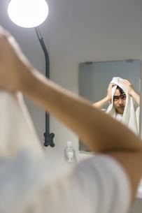 タオルで拭く男性の写真素材 [FYI04265962]