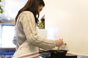 料理する女性の写真素材 [FYI04265998]