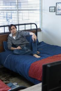テレビを見る男性の写真素材 [FYI04266023]