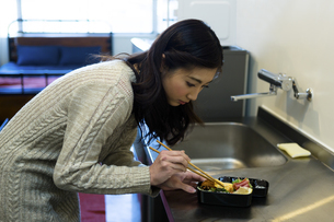 お弁当を作る女性の写真素材 [FYI04266063]
