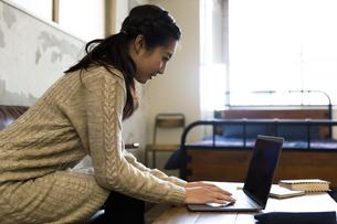 パソコンで作業する女性の写真素材 [FYI04266154]