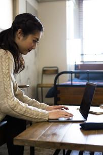 パソコンで作業する女性の写真素材 [FYI04266155]