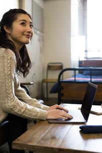 パソコンで作業する女性の写真素材 [FYI04266156]