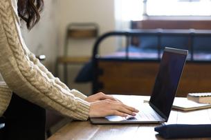 パソコンで作業する女性の写真素材 [FYI04266158]